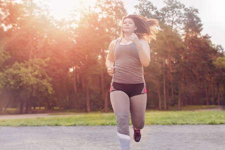 Overgewicht vrouw uitgevoerd. Gewichtsverlies concept.
