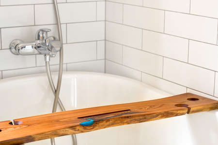 Wooden shelf in white bathtub at home Banque d'images