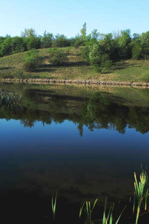 highlander: Foto de la orilla del río en el día soleado