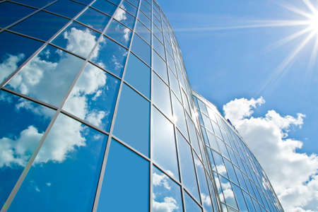 edificio: Foto de un edificio del centro de compras en la tarde de verano Foto de archivo
