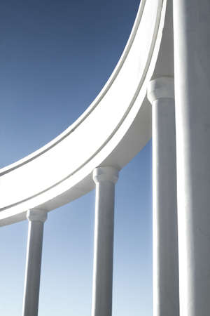 strong base: Foto di colonne contro il cielo blu Archivio Fotografico