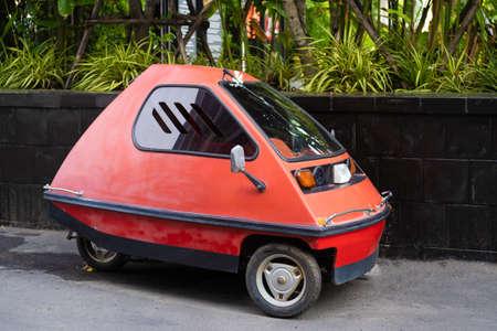 Coche ligero rojo de tres ruedas de Inplatnet en la calle de Pattaya Tailandia. Foto de archivo