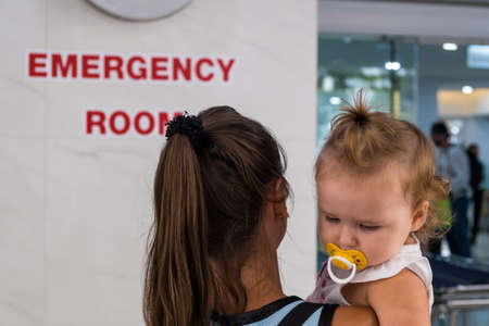 Mom and child come in in the emergency room at the emergency room in Hospital Reklamní fotografie