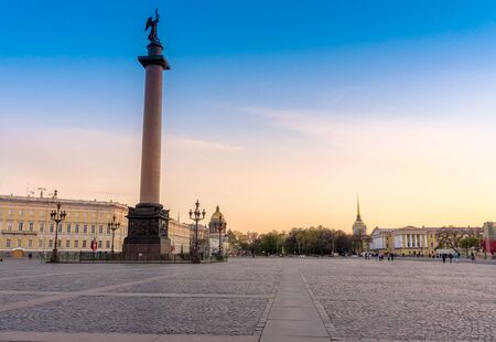 bilding: View from the Palace Square on the Alexander Column on the left and St. Isaacs Cathedral and the Admiralty away