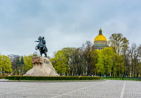 Piazza del Senato a San Pietroburgo e il monumento a Pietro il Grande realizzato da E. Falcone nel 1770 Archivio Fotografico - 54153142