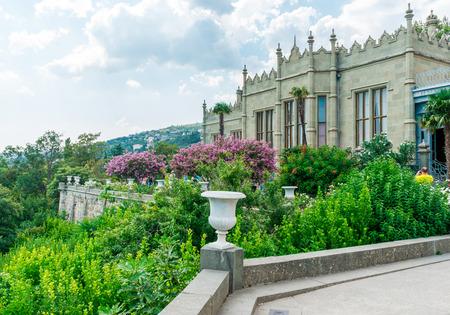 Parapeto con ánforas en el parque Palacio de Vorontsov en Alupka, Crimea, Rusia Editorial