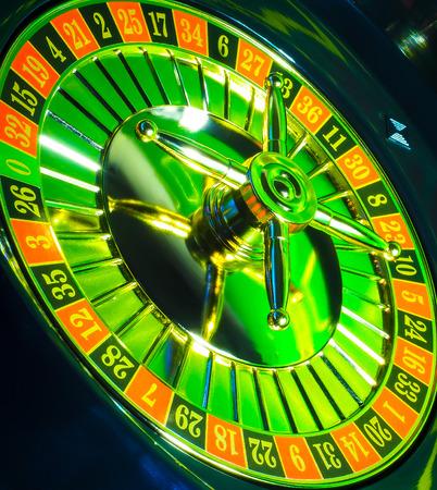 Casino op een donkere achtergrond, helder en kleurrijk verguld