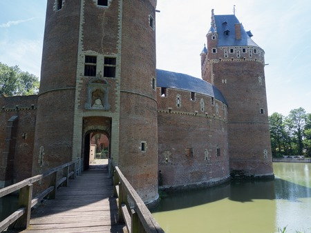 A picture of the bridge and the entrance of the castle of Beersel.
