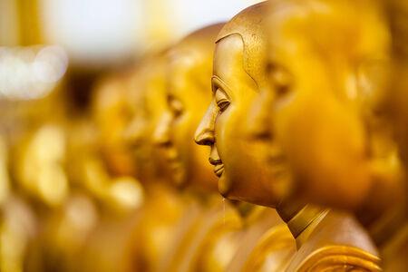 iluminados: En el budismo Theravada, Buda se refiere a aquel que ha iluminado a través de sus propios esfuerzos y conocimientos, sin un profesor para señalar el Dharma A samyak sambuddha enseña el Dharma a los demás después de su despertar Un pratyeka-buda también alcanza Nirv