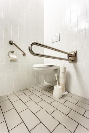 公衆のトイレでは、障害者トイレです。 写真素材