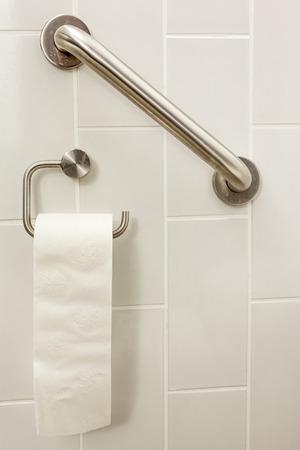 in een ongeldige toilet is er een bar en wc-papier