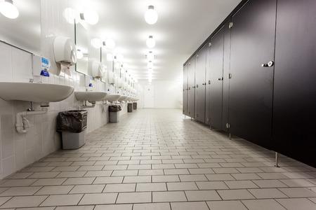 흰색과 검은 색 문에서 공공 건물의 남성 화장실