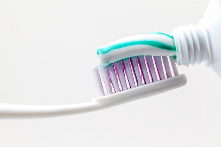 緑と白の色と歯磨き粉を歯ブラシ 写真素材