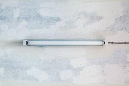 コンクリート天井、蛍光ランプとハングアップします。