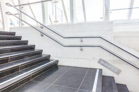 새로운 건물에이 아름다운 계단이 있습니다.