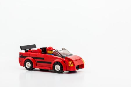 op een witte achtergrond is een raceauto speelgoed