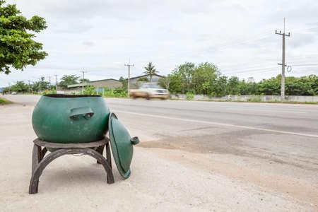 garbage bin: cubo de basura a partir de neum�ticos de goma viejos en la v�a p�blica Foto de archivo