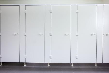 公共の建物では梨花トイレ聖霊降臨祭の白いドアです。 写真素材