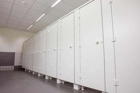 toilete: En un edificio p�blico son womans aseos Whit puertas blancas