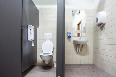公共の建物での公衆トイレ