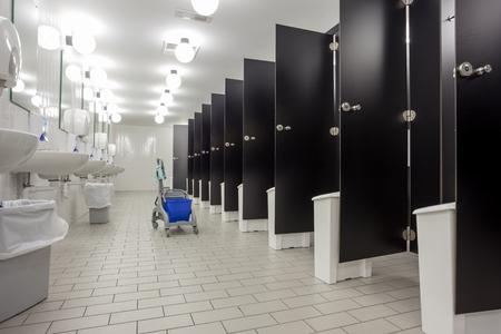 公共の建物では梨花トイレ聖霊降臨祭の黒いドアです。 写真素材