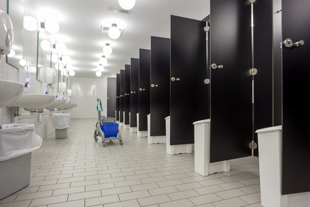 En un edificio público son womans aseos Whit puertas negras