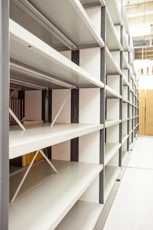 varios estantes móviles en el sótano del edificio