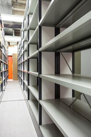 varios estantes móviles en el sótano Foto de archivo