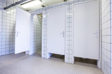 公共の建物では梨花トイレ聖霊降臨祭のドア 写真素材