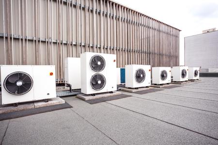 屋根の上の建物のさまざまな冷却要素