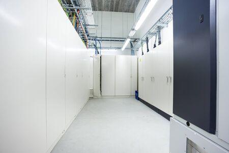 산업용 건물의 지하에는 전기 캐비닛이있는 방이 있습니다. 스톡 콘텐츠