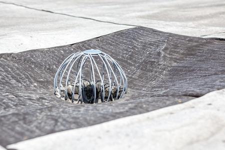 フラット屋根の排水が、葉に対して保持するために 写真素材