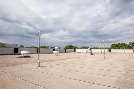 거기에 평평한 지붕에 냉각 공기 조절
