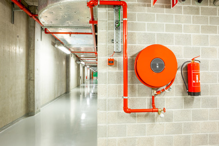 an fire hose hanging on the wall in an staircase Stockfoto