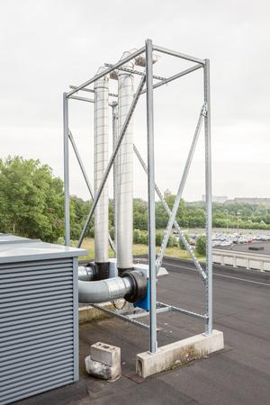 ventilatoren op het dak van een hoog gebouw in het industriegebied Stockfoto