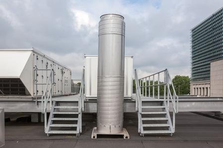 metalen trap met luchtkanalen op het dak Stockfoto