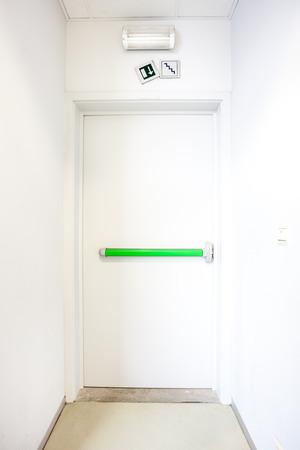 emergency exits: en un edificio hay salidas de emergencia como esta