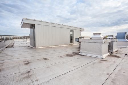 op een plat dak is er koeling met airconditioning Stockfoto