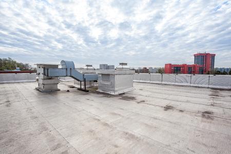 op een plat dak er koellucht conditioning