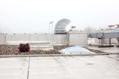 Kunststof koepel van een rij huis op een plat dak zier mist Stockfoto