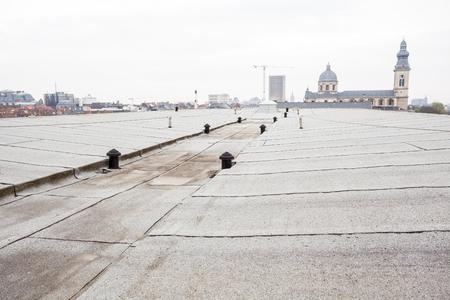 een plat dak met dakbedekking en veiligheidslijn