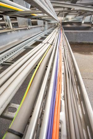 電気ケーブルは建物の屋根の上の索道であります。