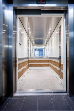 긴 복도의 12 층에있는 오픈 엘리베이터 스톡 콘텐츠