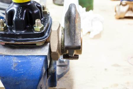 Between the benchfix with coupling for water with hemp and pipe wrench Banque d'images