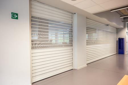 Diese Rollläden sind an einem hohen Tag geschlossen