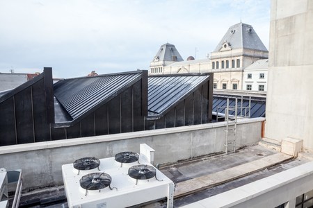 on an flat roof of an big building  there cooling air conditioning Редакционное