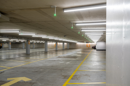 Underground park of a mall with columns and ventilation ducts Banque d'images