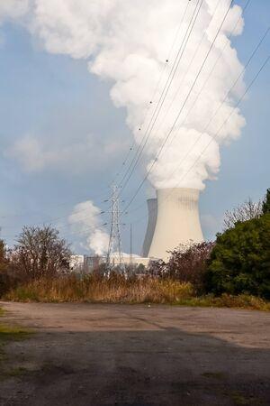 après cette belle prairie il y a une centrale nucléaire Banque d'images