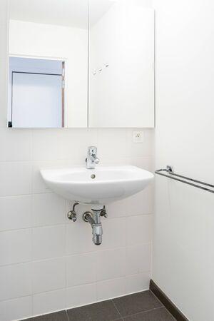 in einer öffentlichen Toilette hängt an der Wand eines weißen Waschbeckens