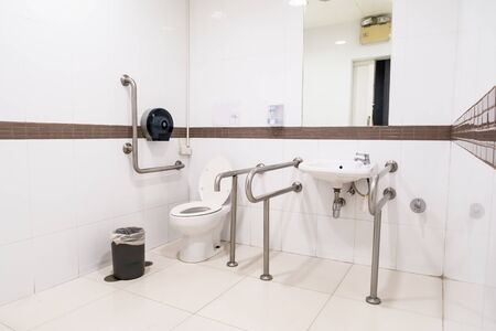 bagno pubblico per disabili in un grande edificio